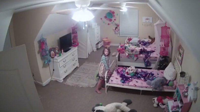 Puso cámaras para ver a las hijas y se las hackearon