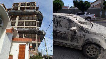 un auto quedo destruido tras caer cemento desde una obra en construccion