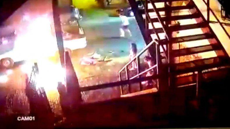 Una mujer prendió fuego a su ex en una camioneta
