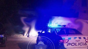 un policia apedreado al hacer cumplir el aislamiento obligatorio
