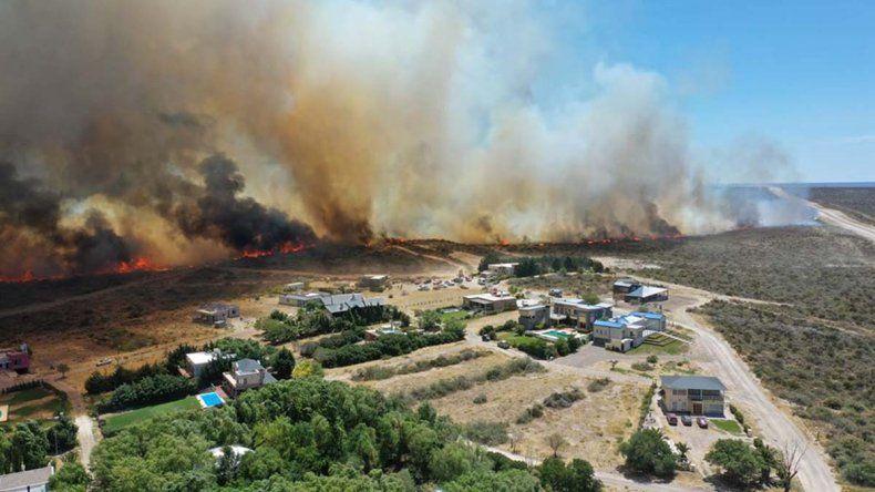 Por el incendio realizan una evacuación preventiva en barrios del sur de Las Grutas