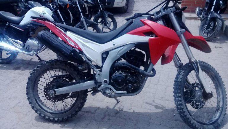Halló la moto robada de su hijo, montó guardia y avisó a la Policía