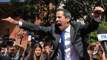 escandalo en venezuela: guaido pudo ingresar a la asamblea nacional