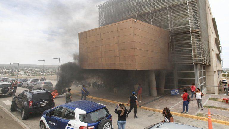 Evacuaron el CAM por el humo tras la protesta de los tercerizados del hospital de Plottier