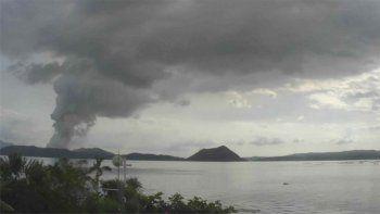 evacuaron miles de personas por actividad volcanica cerca de manila