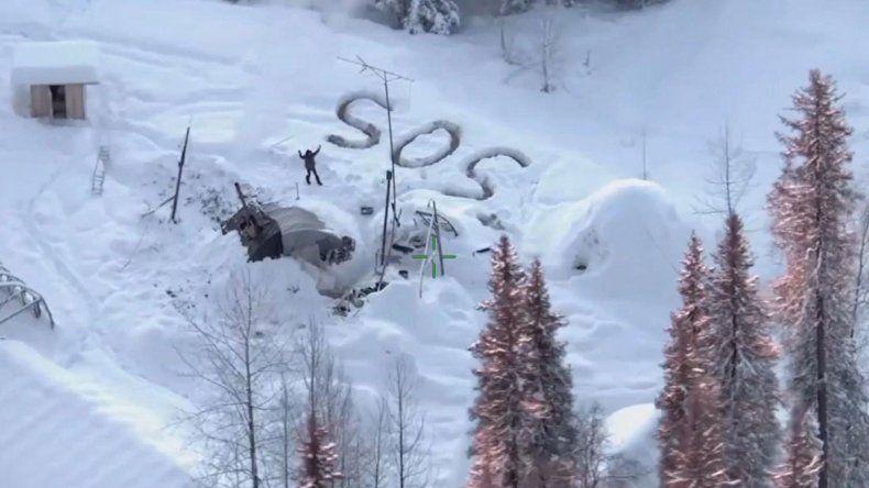 Puso S.O.S en la nieve de Alaska, apareció un helicóptero y se salvó