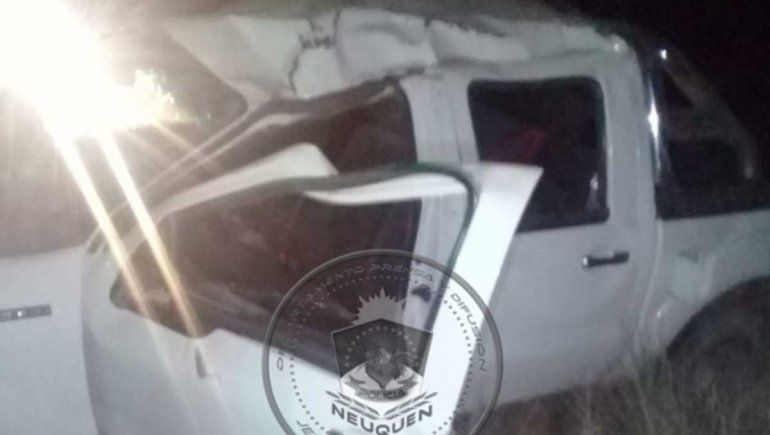 Borrachos al volante: uno volcó con su camioneta en la ruta 17, el otro se quedó dormido en plena calle