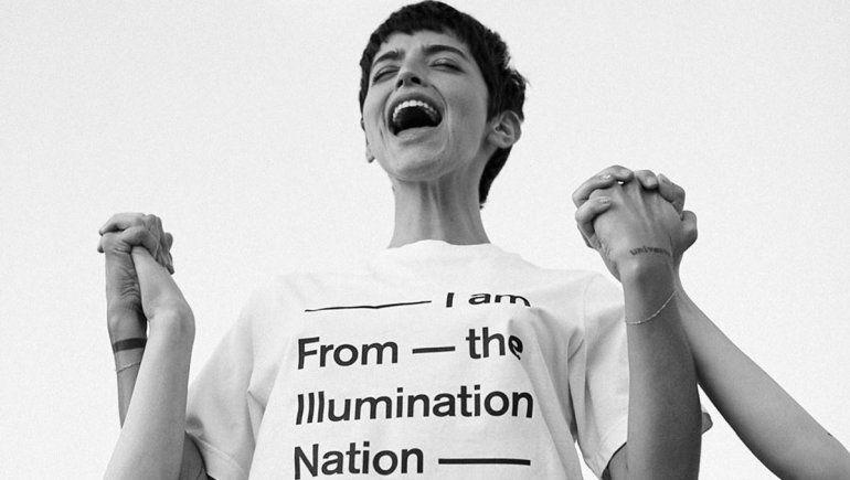 Dignity en venta: Calu Rivero vende la remera de su retiro espiritual