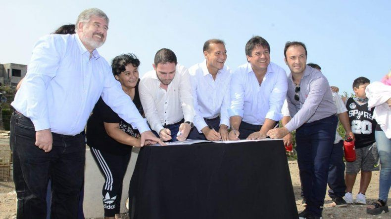 Gaido recorrió la obra de red cloacal para familias de Yupanqui Este