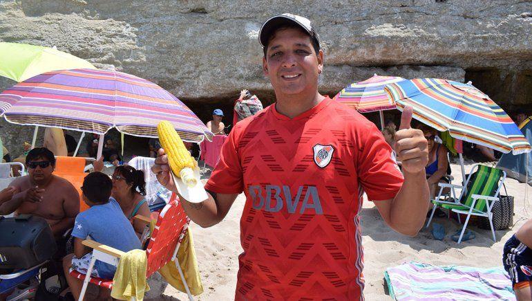 Marcelo, el vendedor que conoce Las Grutas como nadie
