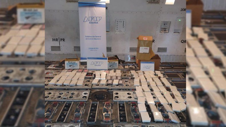 Ezeiza: secuestraron 84 kilos de cocaína ocultos en la bodega de un avión