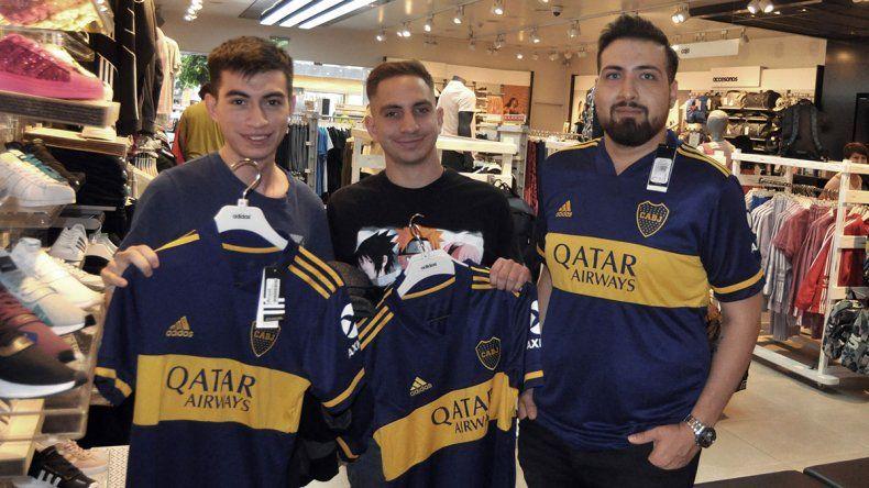 La nueva camiseta de Boca llegó a la región y ya causa furor