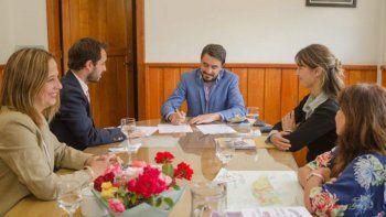 san martin firmo un convenio de educacion para empleados municipales