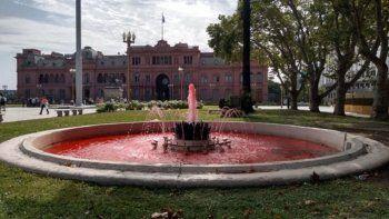 tineron de rojo a la fuente de plaza de mayo