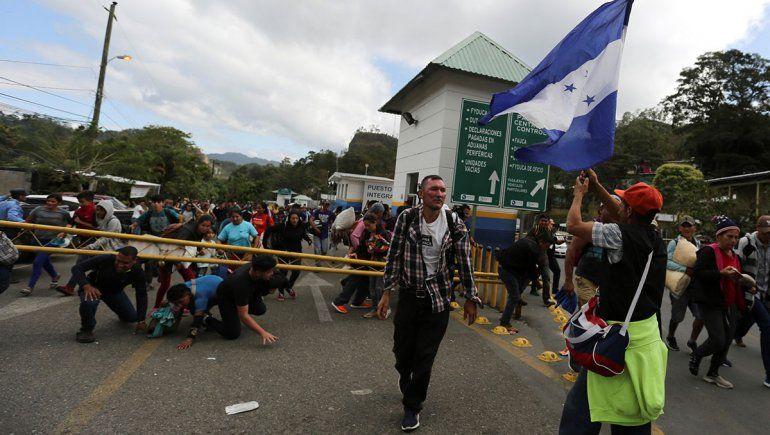 Hondureños quieren entrar a México y hay tensión en la frontera