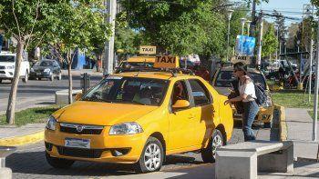 prohiben escotes, calzas y transparencias a las taxistas