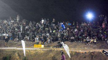 el supercross rugio con mas de cuatro mil espectadores
