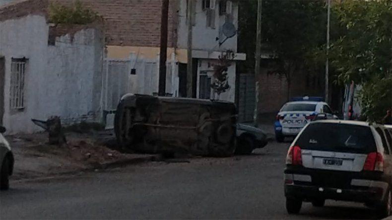 Perdió el control de su auto, chocó contra un 147 estacionado y volcó