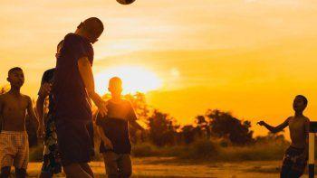 estudio podria cambiar la formacion en el futbol: prohiben cabecear la pelota hasta los 12 anos