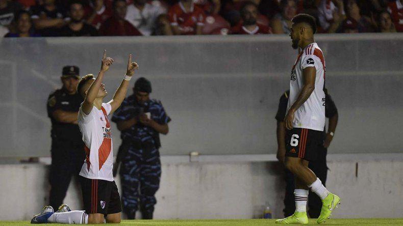 Doblete de Santos Borré para River, líder de la Superliga