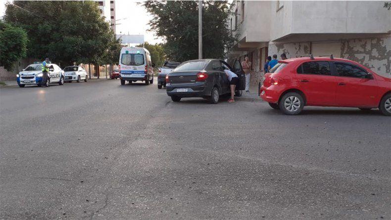 Chocan dos vehículos en el Bajo y uno casi termina contra un departamento