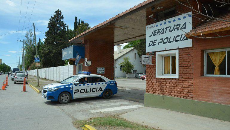 Enganchan a una pareja de policías robando fiambres