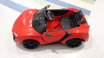 en el coi ahora los pacientitos viajan en un moderno auto rojo