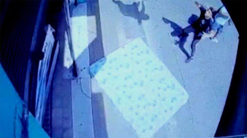Discutió con su pareja y decidió arrojarse desde el balcón: está grave
