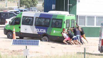 extras en el reconocimiento empujaron la combi policial
