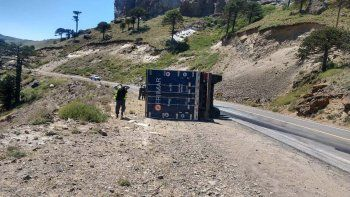 ruta 242: un camion volco y casi termina en una tragedia