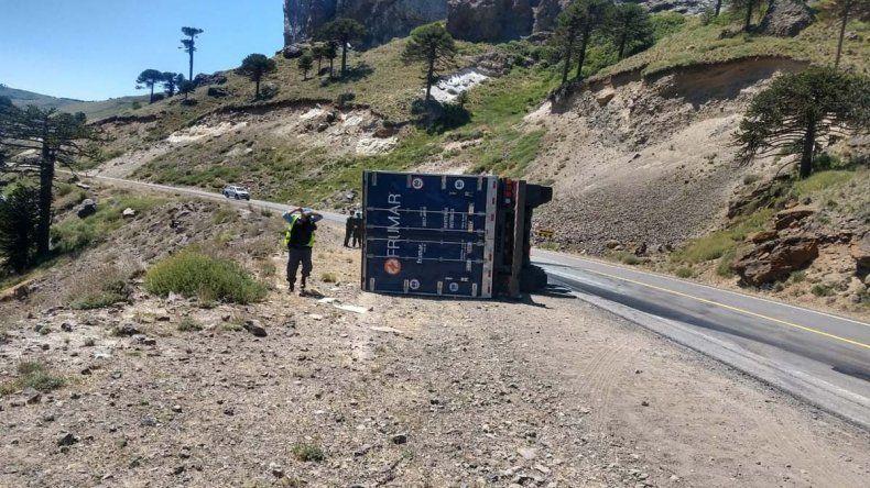 Las Lajas: el vuelco de un pesado camión casi termina en una tragedia en la Ruta 242