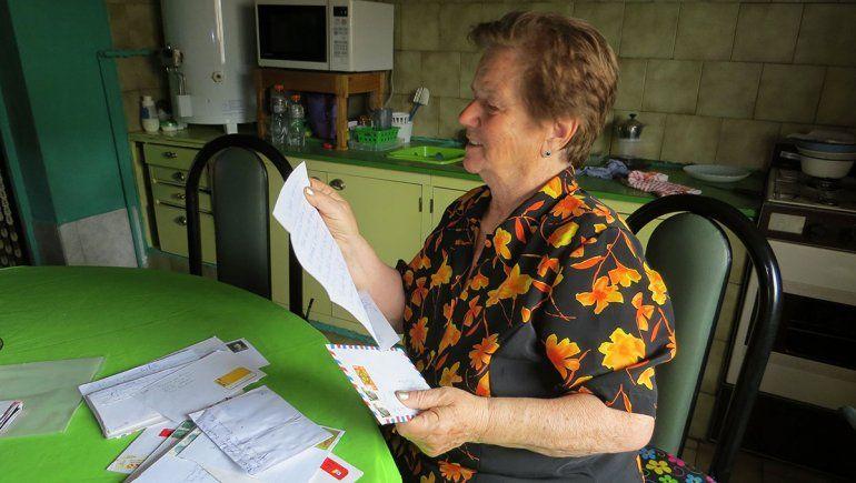 La historia de la única vecina de Allen que se comunica con su familia por carta