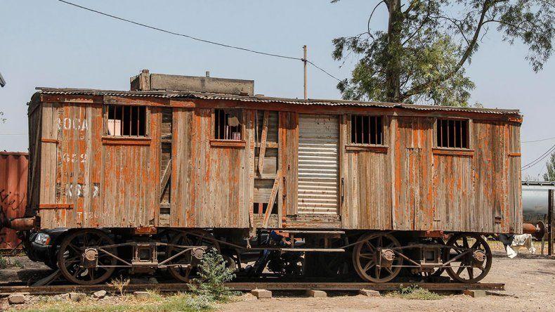 Tristeza por el abandono en el paseo del ferrocarril