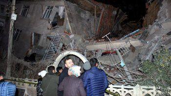 al menos 18 muertos por un potente sismo en turquia