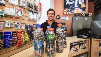 rodrigo hace bancos con pilas para evitar que contaminen: ¿de que trata?