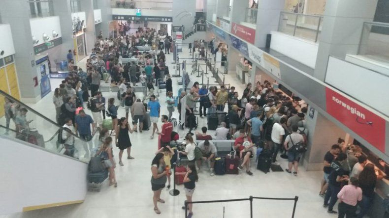Por la falla de un motor, Flybondi canceló un vuelo a Córdoba y hay decenas de pasajeros varados