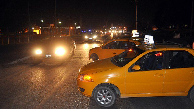 Taxistas interrumpían el tránsito en el puente carretero por la liberación de los agresores de Pablo Sánchez