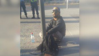 el hermano del taxista baleado se encadeno y amenaza con prenderse fuego