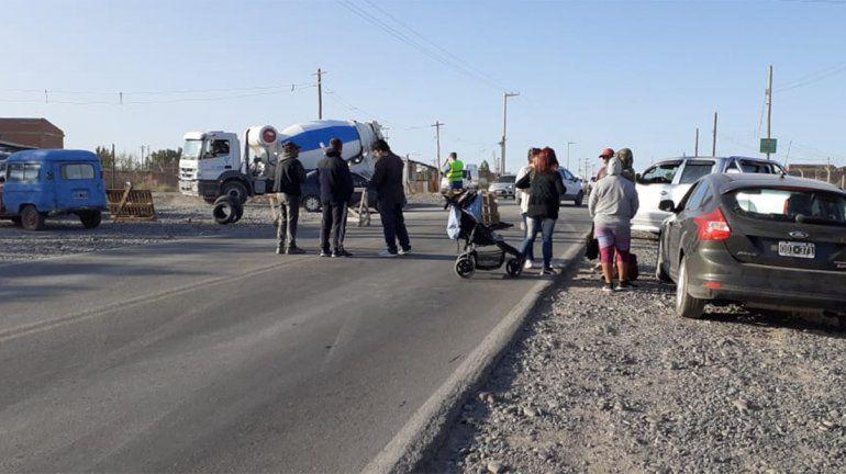Por falta de agua, vecinos de asentamientos cortan el tránsito en el Parque Industrial