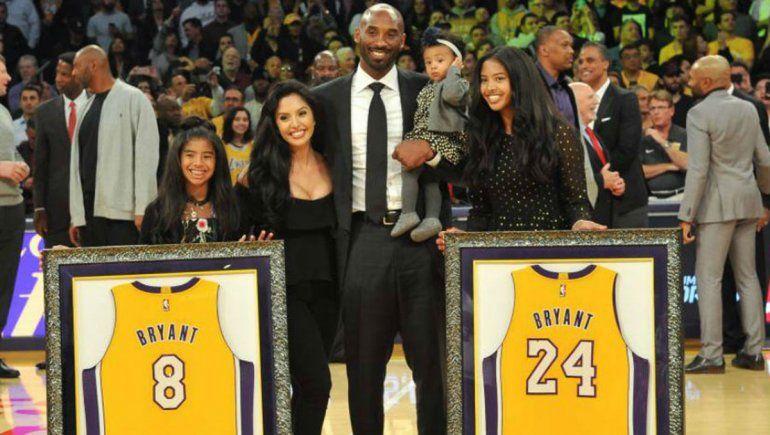 Kobe Bryant y su familia cuando retiraron sus camisetas en Los Ángeles.