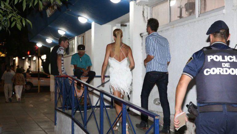 Julieta Prandi, ingresando en la comisaría. Según la investigación manejaba con el celular en la mano. (Fotos: Mario Sar)