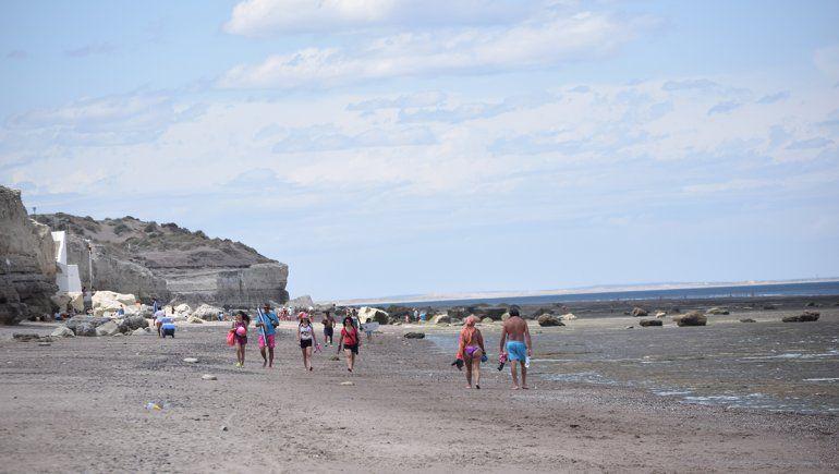 Las Grutas: caminatas, una actividad para disfrutar la playa