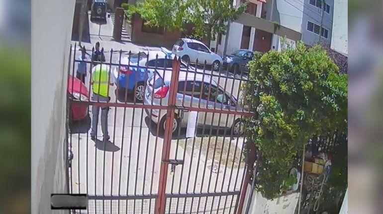 Esperó cinco horas la grúa para que retire dos autos estacionados en su garaje