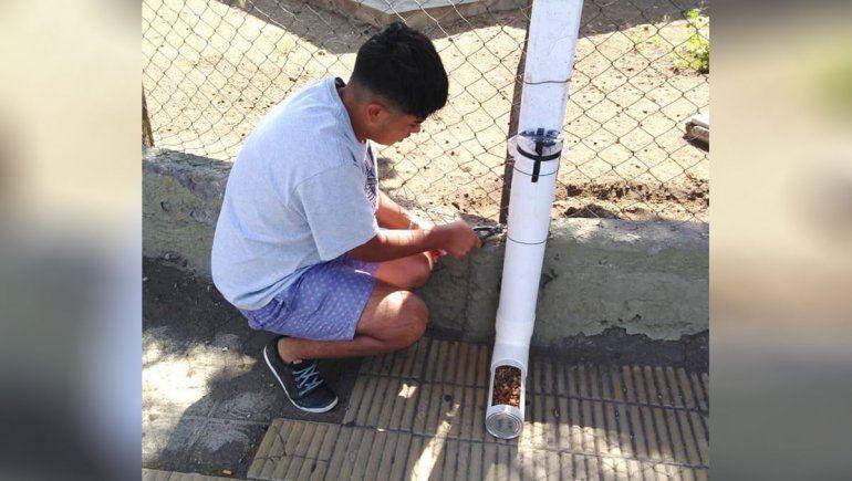 Hace comederos para perros de la calle en Loncopué