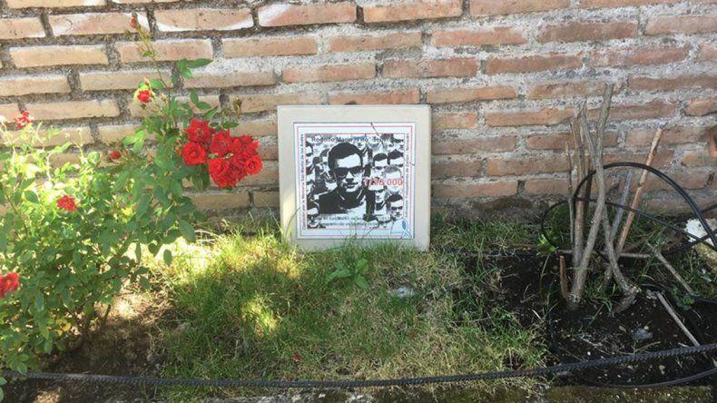 Dejan olvidada la placa en homenaje a un desaparecido