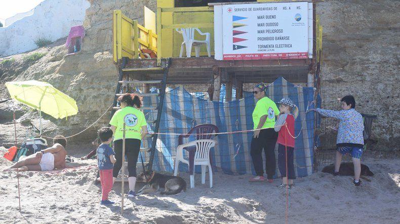 En Las Grutas ya apresaron a los perros de la playa