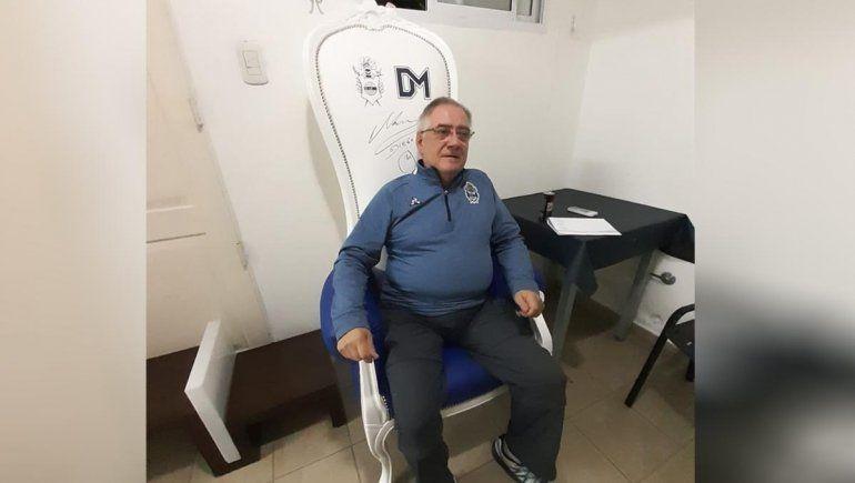 Pagó 300 lucas por el sillón de Maradona para ayudar a las promesas de la región