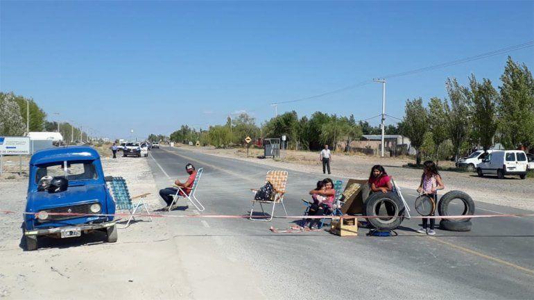 Vecinos se apostaron este lunes en Ruta 7 y hoy cortan calles a la espera de una solución con el agua.