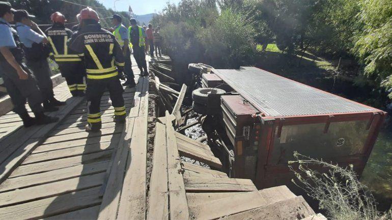 Junín de los Andes: borracho le erró al puente y cayó con su pesado camión al río