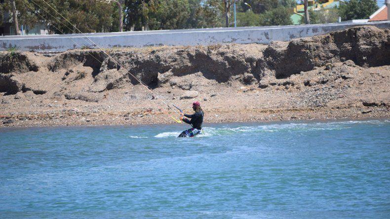 Se tiró al agua y lo atrapó la marea extraordinaria